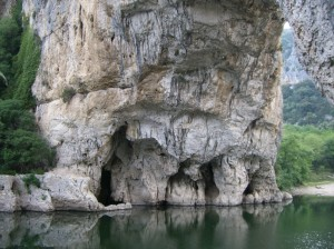 26 nous voila revenu au ras de l'eau ici un pilier du Pont d'Arc